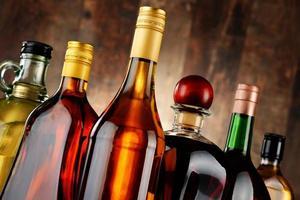 flaskor med diverse alkoholhaltiga drycker foto