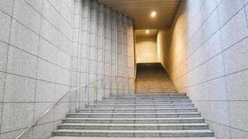utsikt över tunnelbanans utgångstunnel foto