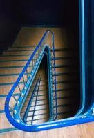 utsikt nerför en trappa i klassisk portugalbyggnad foto