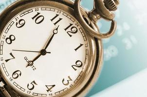 collage med vintage klocka och kalender. foto