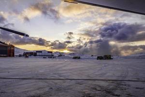 snöig flygplats foto