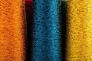 färgad tråd närbild foto