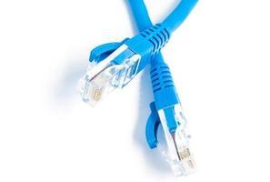 lan kabel och kontakt på vit bakgrund, selektiv fokus foto