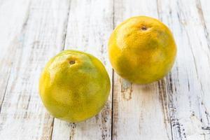 mandariner på vit träbordbakgrund foto