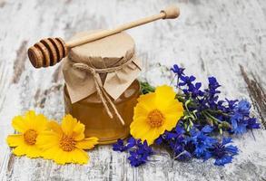 honung och vilda blommor foto