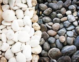svart och vit sten zen stil foto