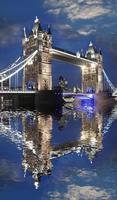 berömda tornbron på kvällen, London, England foto