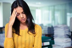 porträtt av en trött casual affärskvinna foto