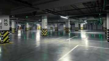 parkeringsgarage, underjordisk interiör med några parkerade bilar foto