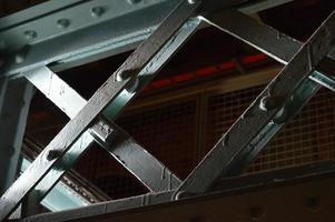 stålbalkar i skugga foto