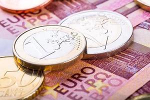 euro valuta. mynt och sedlar. kontant pengar bakgrund foto