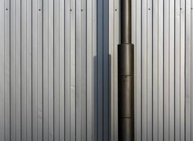 lampstolpe och metallstaket. foto
