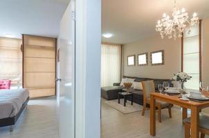 lyxigt vardagsrum och sovrum foto