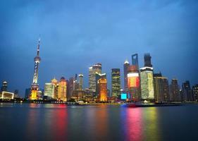 shanghai skyskrapor. klassisk vy från bunden foto