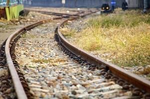 den nära utsikten över järnvägsspår foto