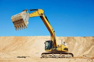 grävmaskin på jordbearbetning foto