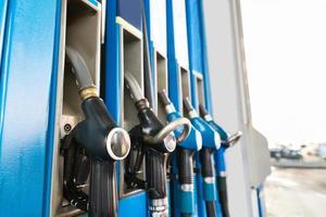 bränslepumpar vid en bensinstation foto