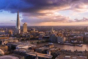 London solnedgång med fantastiska moln och skyskrapa - Storbritannien foto