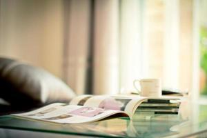 stapling magasin plats på bordet i vardagsrummet foto