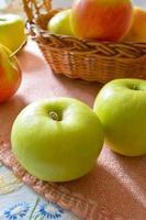 gröna och röda organiska äpplen i korgen