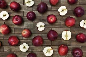 närbild med röda mogna äpplen på gammal träbakgrund. foto