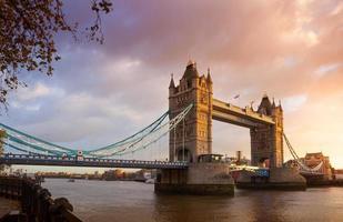 tornbro vid solnedgången soluppgång natt skymning london, england, uk foto