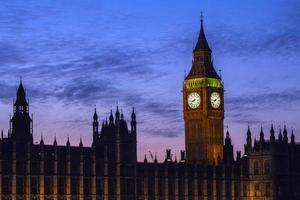 parlamentets hus i London i skymningen foto