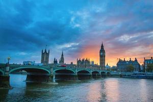 Big Ben och Westminster Bridge vid solnedgången foto