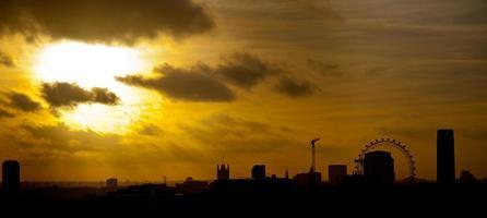 horisont av London (Storbritannien) vid gyllene solnedgången foto
