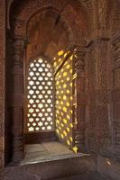 qutb minar, delhi, ristningar i sandsten i ett fönster foto
