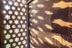 qutb minar, delhi, ristningar i sandsten i ett fönster