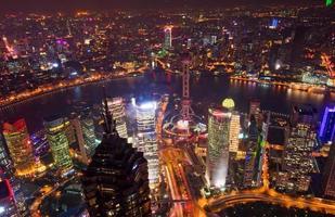 med utsikt över Shanghai på natten foto