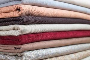 hög med färgglada vikt textil foto