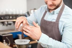 professionell manlig ägare av cafeteria arbetar foto