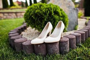 bröllopskor på grönt gräs foto