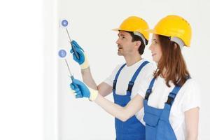 arbetare som målar väggen foto