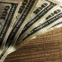 närbild av $ 100-sedlar