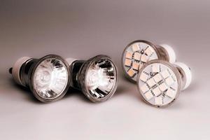 moderna led-glödlampor med klassiska gamla glödlampor foto