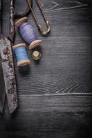 vintage rostig sax rullar av tråd fingerborgs säkerhetsnål foto