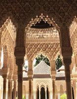 forntida snidade prydnad på kolumner i alhambra, Spanien foto