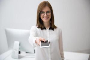 affärskvinna ger smartphone på kameran foto