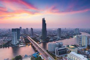landskap av floden böjd i bangkok stadens centrum foto