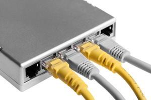 router med kablar närbild