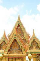 thailändska tempeltak av entrace gate foto