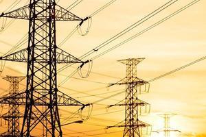 silhuett av högspännings elektrisk polstruktur foto