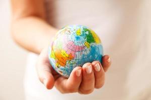 världen i handen foto