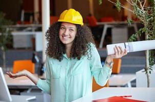 kvinna arkitekten på arbetsplatsen foto