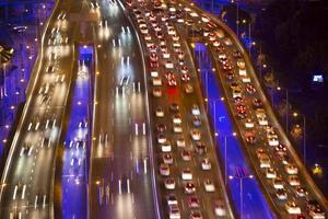 suddiga defocused ljus av tung trafik foto