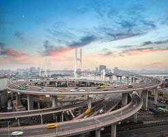 shanghai nanpu bridge i solnedgången foto
