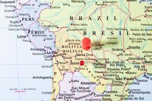 bolivia karta med röd stift foto